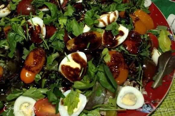 В небольшой миске смешать горчичное масло и бальзамический крем. Сверху салат полить подготовленной заправкой. Посыпать оставшейся рубленой петрушкой.