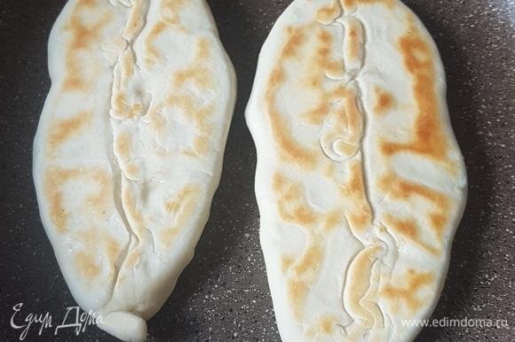 Сковороду смазать маслом и выпекать пирожки с обеих сторон до золотистого цвета.