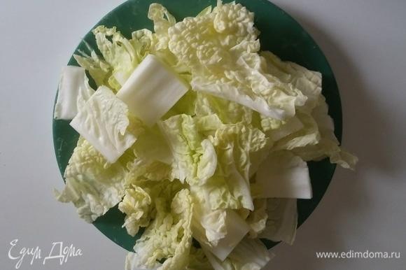 Листья китайского салата нарезать квадратами.