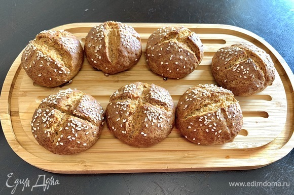 Готовые, полностью остывшие булочки получаются очень мягкими из-за отсутствия дрожжей, довольно плотными и очень-очень вкусными благодаря творогу в тесте.