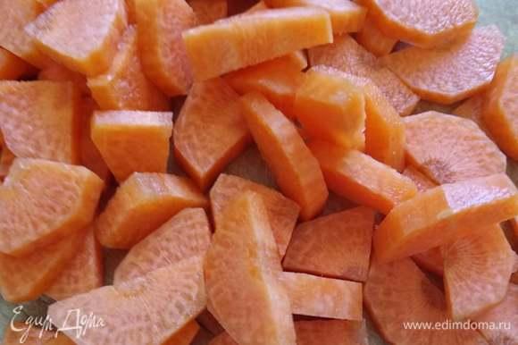 Морковь — полукольцами. Через 15 минут после помидоров добавляем в суп морковь, еще минут через 10 — картошку. Кладем лавровый лист.