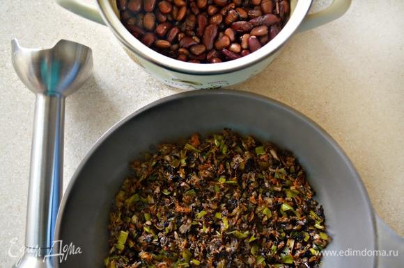 Тем временем приготовим начинку-паштет для шампиньонов. На сливочном масле в течение 1 мин обжарьте лук-порей, добавьте тертую морковь и обжаривайте еще 2 мин. Затем добавьте порубленные шампиньоны, приправьте солью и перцем и тушите в течение 10 минут, периодически перемешивая. Добавьте к отварной фасоли грибы с овощами, влейте жидкость образовавшуюся в шляпках шампиньонов после запекания, и взбейте с помощью блендера до однородной массы. Если паштет вам покажется слишком густым, добавьте немного фасолевого отвара.