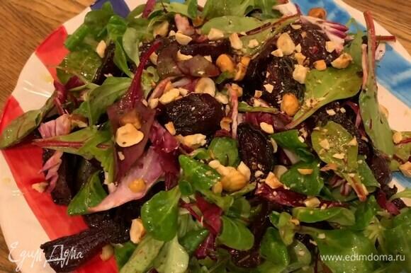 В глубокой миске соединить салатный микс, радиккио, запеченную свеклу, полить оставшейся заправкой и перемешать, затем выложить на чечевицу и посыпать орехами.