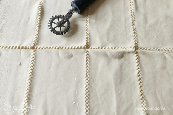 Слоеное тесто разрезать на прямоугольники.