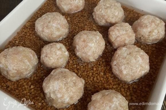 В фарш добавляем измельченный репчатый лук, соль и перец. Формируем шарики и выкладываем на гречку. Убираем в прогретую до 180°C духовку примерно на 20–25 минут.