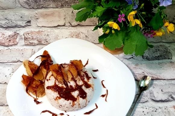 Выкладываем пудинг на тарелку, карамель немного разогреваем и аккуратно вытягиваем руками ленточки (не обожгитесь!). Украшаем пудинг карамелью и жареными бананами.