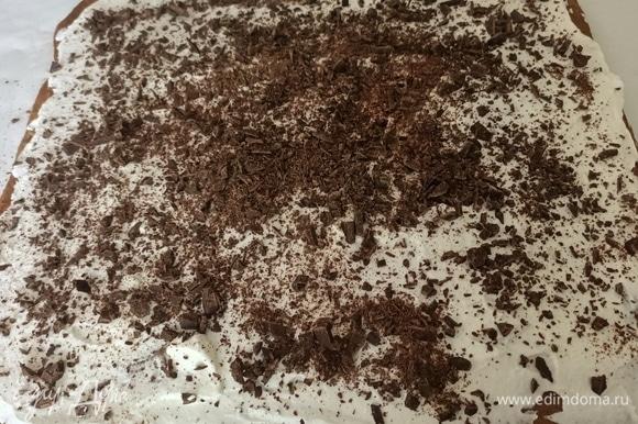 Сверху выложить взбитые сливки и шоколад.