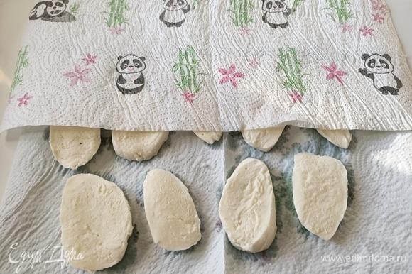 Нарезать моцареллу, выложить на бумажное полотенце, чтобы избавиться от лишней жидкости.