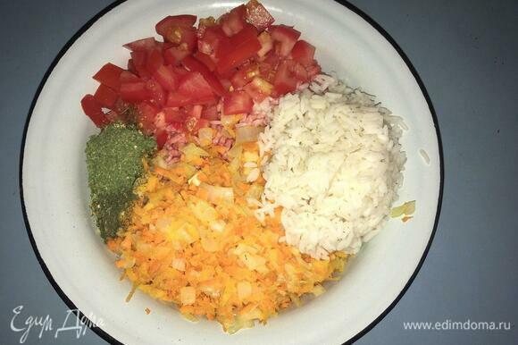 Смешиваем в одной большой тарелке фарш, рис, помидоры, чеснок и зажарку из лука и морковки. Добавляем зелень: сушеную или свежую. У меня были сушеные укроп и петрушка. Тут лучше обойтись обычной зеленью без изысков. Посолить.