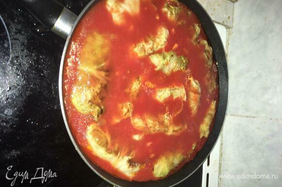 Заливаем томатным соком, закрываем крышкой и тушим 20–30 минут до загустения соуса.