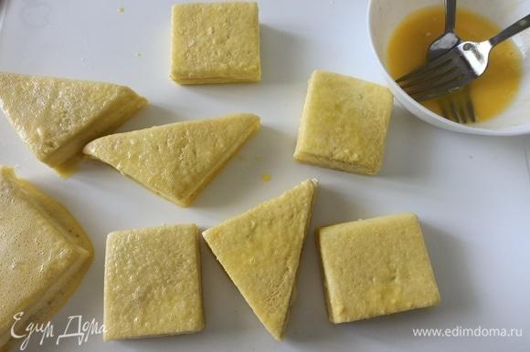 Слегка взбить яйца и обмакнуть в них каждый бутерброд со всех сторон. Выложить на блюдо, подождать, пока стечет лишнее яичное покрытие.