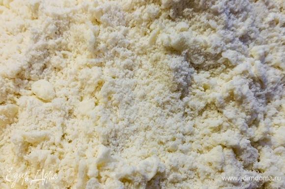 После того как масло натрем полностью, оставшуюся муку перемешиваем с сахаром, посыпаем поверх натертого масла и протираем сахарную муку с маслом между ладоней.