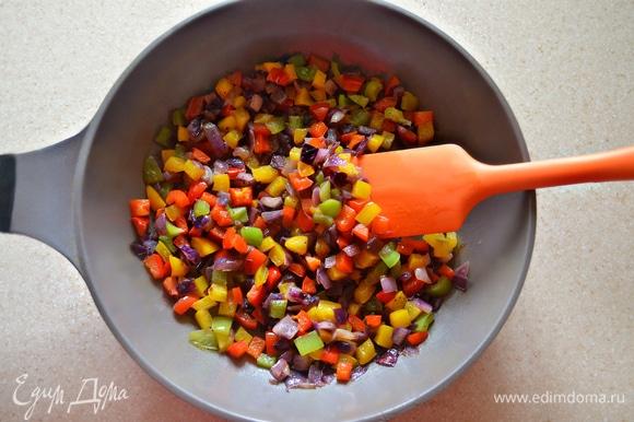 В сковороде на оливковом масле обжарьте до мягкости нарезанный мелкими кубиками красный лук. Добавьте нарезанный так же на небольшие кубики перец (по половине каждого цвета). Приправьте немного солью и обжаривайте 5–7 минут, периодически перемешивая. Приготовленные овощи соедините с рисом и ананасами. Хорошо перемешайте.