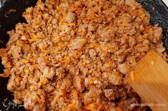 Приготовим мясной соус. Лук нарезать мелкими кубиками, морковь потереть на терке. Обжарить лук и морковь вместе с фаршем до готовности. Добавить приправу для болоньезе, залить водой, перемешать и потушить минут 15. Сметану смешать с водой, посолить.