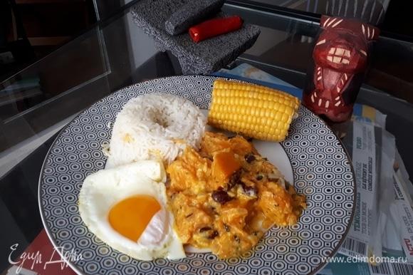 Подают локро обычно с рисом или киноа и с вареным или жареным яйцом.