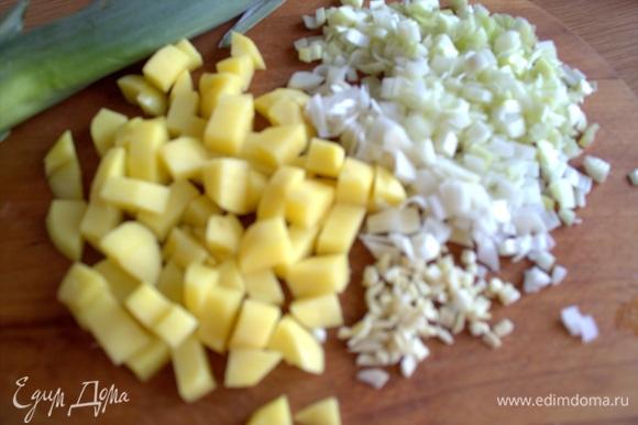 Нашинковать лук, чеснок и картофель кубиком. Если есть свежий корень имбиря, то это лучше.