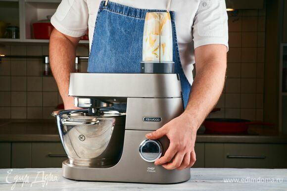 Установите на кухонную машину KENWOOD насадку-смузи. Взбейте ласси.
