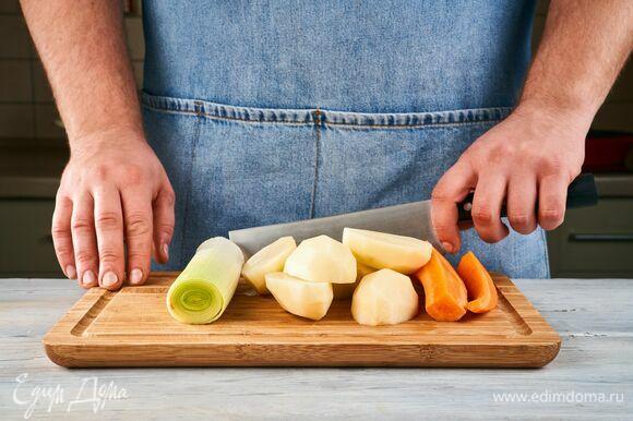 Очистите лук-порей картофель, морковь и чеснок.