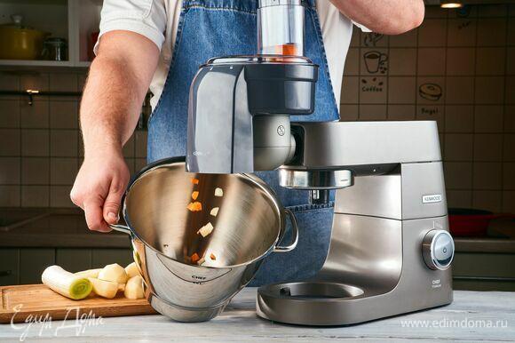 Установите на кухонной машине KENWOOD насадку-овощерезку. Нарежьте все овощи.