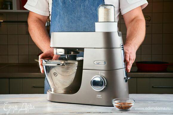 С помощью мультиизмельчителя, установленного на кухонную машину KENWOOD, измельчите овсяные хлопья и миндаль.