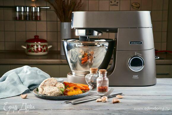 Подавайте кнели со сметанным соусом и запеченными овощами.