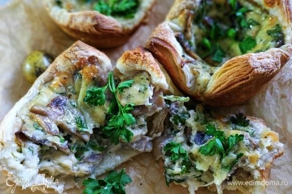 Сочные и вкусные слойки с сыром и грибами готовы, приятного аппетита.