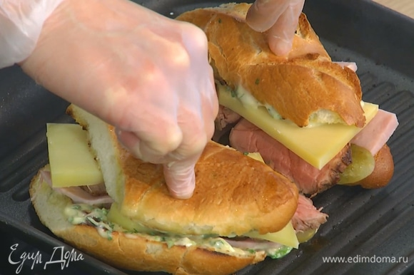 Поместить сэндвичи на сковороду-гриль, прижать и обжаривать 2–3 минуты.