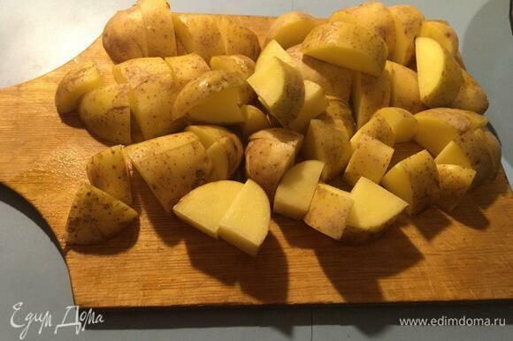 Картофель нарезаем крупными кусками. И сразу отправляем на сковороду обжариваться на сильном огне на небольшом количестве подсолнечного масла. Картофель должен именно жариться, не тушиться, крышкой не закрывать.