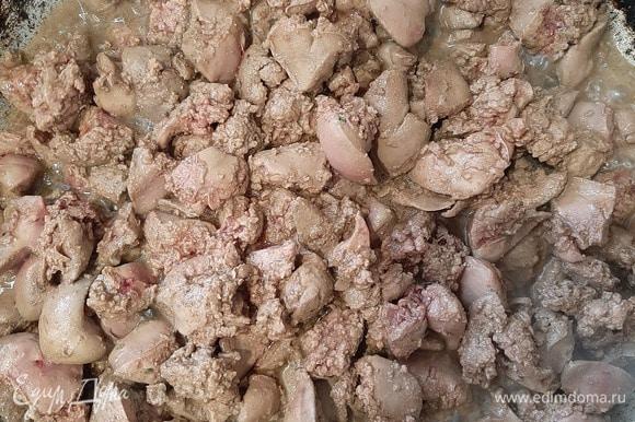 Печень промыть, удалить прожилки, нарезать небольшими кусочками. Обжарить на растительном масле, добавить соль и приправы.
