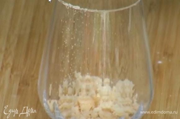 В прозрачные стаканы раскрошить одну меренгу, выложить часть клубничного пюре и поломанные руками «Дамские пальчики», влить в каждый стакан по 2 ч. ложки коньяка.