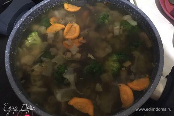 После того как суп прокипел положенное ему время, добавляем в него брокколи и зажарку из лука, чеснока и моркови. Закрываем крышкой, вновь доводим до кипения и варим еще 10 минут.