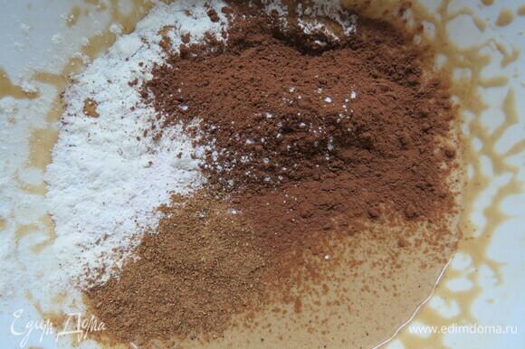 Добавить муку с какао, специями и разрыхлителем в тесто. У меня была готовая смесь пряностей, там в составе — молотый имбирь, корица, бадьян, кардамон, душистый перец, гвоздика и черный перец.