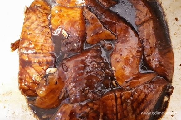 Снимите кожу со стейков, залейте их маринадом и оставьте в холодильнике на 2 часа минимум, а лучше на ночь.