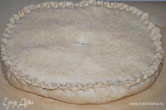 Сформируйте пирог и выпекайте в разогретой до 170°C духовке примерно 35–40 минут до готовности.