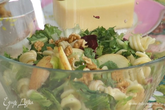 Грецкие орехи поломать руками и добавить в салат.