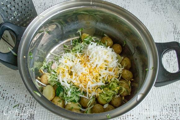 Два сваренных вкрутую яйца также трем на терке. Оставшиеся яйца понадобятся для украшения готового блюда.