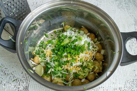 Добавляем мелко нарезанный зеленый лук.