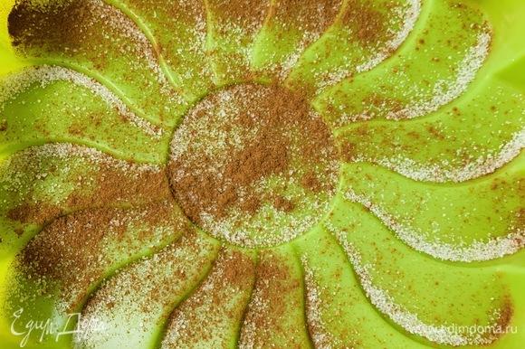 Посыпаем дно формы сахаром (1 ч. л.) и корицей. Сахар сделает яблоки карамелизированными.