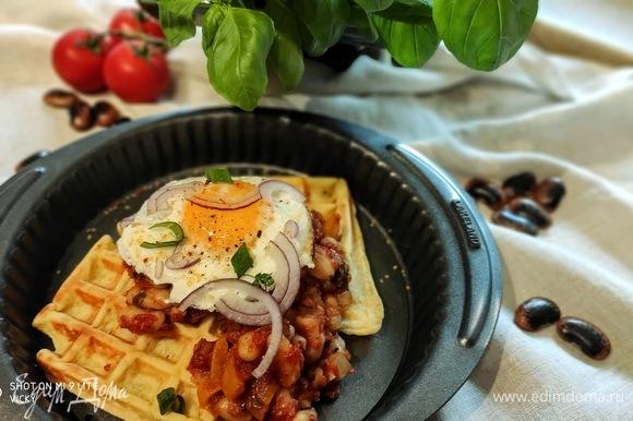 Подавать картофельные вафли можно с запеченной в томатном соусе фасолью и глазуньей. Рецепт фасоли здесь https://www.edimdoma.ru/retsepty/117803-fasol-zapechennaya-v-tomatnom-souse. Один час у вас уйдет на приготовление всего блюда, включая фасоль и яичницу. В то время, когда запекается фасоль, можно заниматься вафлями.