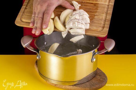 Полуготовую грудку вытащите из кастрюли и мелко порубите. Добавьте в кастрюлю картофель и верните грудку. Посолите и поперчите.