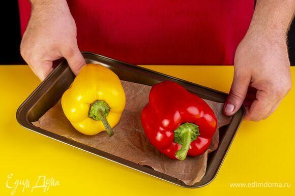 Перцы запеките целиком в духовке при 180 ℃ около 25 минут.