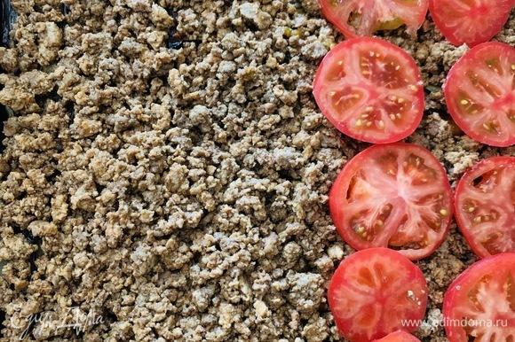 Баклажаны покрываем готовым фаршем. По желанию можно поверх фарша выложить нарезанные кружочками помидоры. В классической греческой мусаке томатов нет.