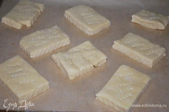 Раскатайте тесто и разрежьте его на такие кусочки. Тонко раскатывать не стоит (толщина должна быть примерно 2 см), после выпечки тесто нужно будет разрезать.
