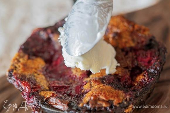Подавайте печенье в сковороде теплым. Можно добавить свежие ягоды, шоколадный соус или мороженное.