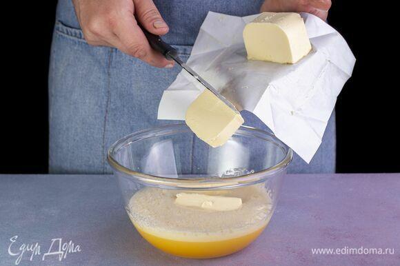 Добавьте масло в яичную смесь. Еще раз взбейте миксером.
