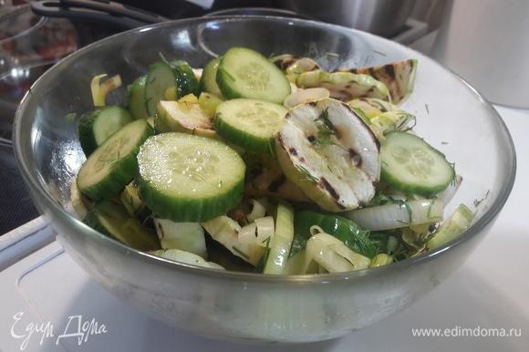 В миску к огурцам и кабачкам добавить лук и укроп. Все перемешать. Приятного аппетита!