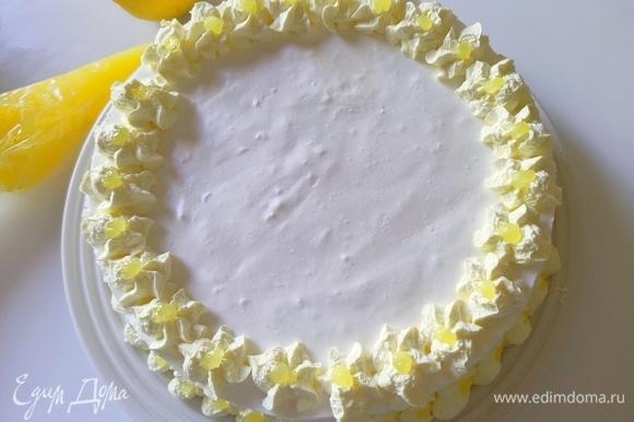 В кондитерские сливки добавляем немного пищевого красителя, взбиваем. С охлажденного десерта аккуратно снимаем боковое кольцо формы, предварительно проведя ножом по краю, и украшаем.