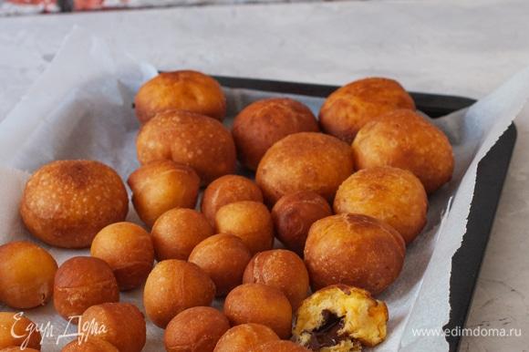 Обжарить пончики в хорошо разогретом масле до характерного коричневого цвета.