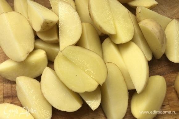 Крупно нарежьте картофель.
