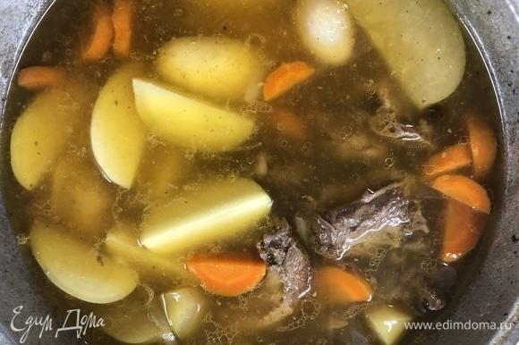 Молодой картофель приготовится за 20–30 минут после закипания.
